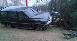 Минск: внедорожник после ДТП вылетел на площадь Казинца и сбил ель