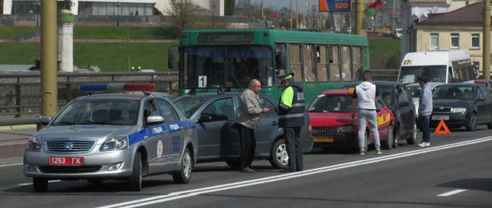 В Гродно водители стали обгонять «паровозик» по встречной полосе и тут же оплатили штрафы за нарушение