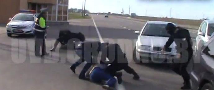 Видеофакт: бойцы ОМОНа задержали двоих россиян