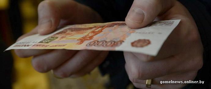 Женщина меняла российские рубли, но разволновалась и сбежала, бросив деньги. Теперь ее ищут
