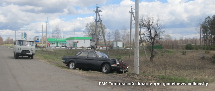 Гражданин Украины умер за рулем движущейся «Волги» — машина врезалась в столб