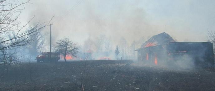 Сельские жители, выжигая траву, чуть не уничтожили свою деревню