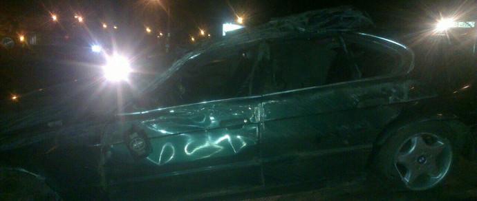 Пьяный мужчина на BMW не справился с управлением на МКАД и врезался в ограждение. Машина перевернулась