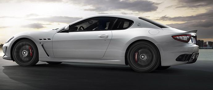В столице девушка на Maserati собрала пробку, остановившись на улице из-за закончившегося бензина