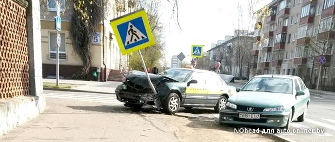 В Минске на перекрестке столкнулись Peugeot и Mazda службы такси. От удара машины вынесло к тротуару