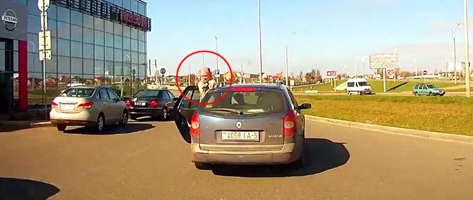 Водитель едва не оставил на дороге своего же пассажира, вышедшего «качать права»