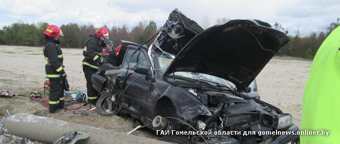 BMW врезался в столб — один человек погиб, двое ранены. Водителя проверяют на алкоголь