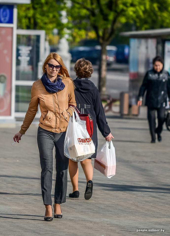 Дамы на улицах в сексуалиных сарафанах
