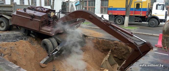 Фотофакт: в Минске экскаватор съехал в вырытую им же яму. А в Гомеле посреди дороги провалился МАЗ