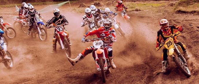 Танки грязи не боятся: в Скиделе прошли соревнования по мотокроссу