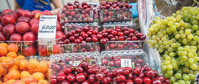 Фоторепортаж: цены на фрукты на Комаровском рынке прямо сейчас