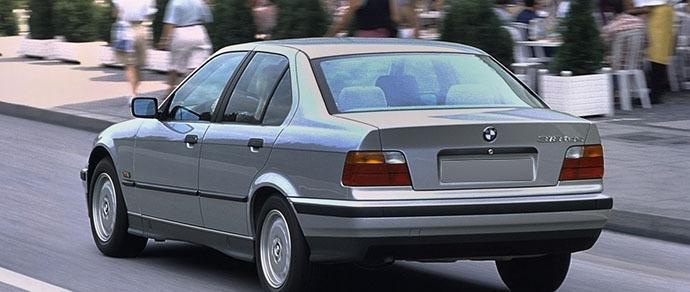 В Речице водитель BMW припарковался посреди улицы и уснул. Воры стащили у него кроссовки