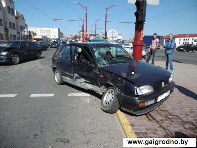 Гродно: Volkswagen отбросило на островок безопасности в результате столкновения с Dodge. Пострадала женщина
