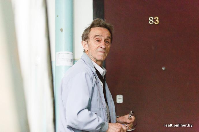 Минский пенсионер за свой счет и в одиночку ремонтирует подъезд дома «Надоело жить в грязи»