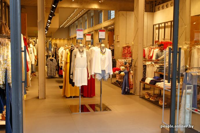 Мода не высокая, но цены приятные. Женский костюм в Mango за €20, куртка —  за €30. Нормальные варианты можно подыскать в Calvin Klein, Tommy Hilfiger d2be264b580
