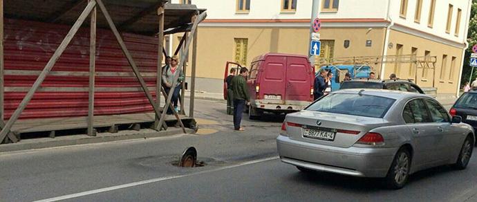 В Гродно перед Volkswagen открылся люк, пробив днище автомобиля