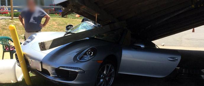 США: у Porsche 911, за рулем которого находился 73-летний мужчина, заклинила педаль газа