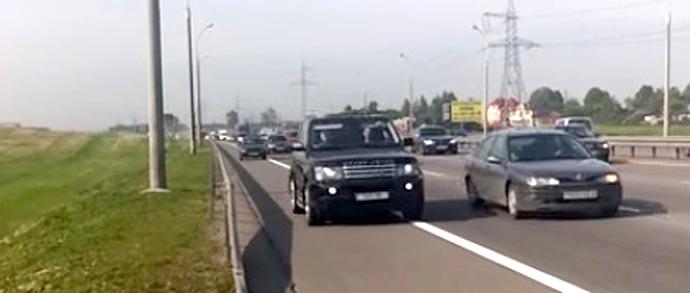 Кто нарушает: водители, которые едут по обочине МКАД, или велосипедист, движущийся там же?