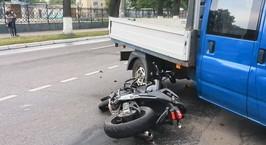 «Летел, всех обгонял». Мотоциклист врезался в поворачивающий автомобиль