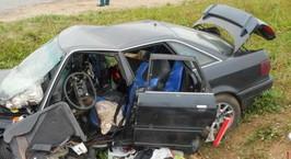 Фотофакт: автомобиль вылетел с дороги, водителя доставали спасатели