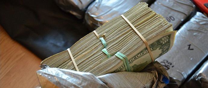 «Белорусы — честные люди». Минчанин нашел стопку валюты в траве на проспекте и разыскивает владельца