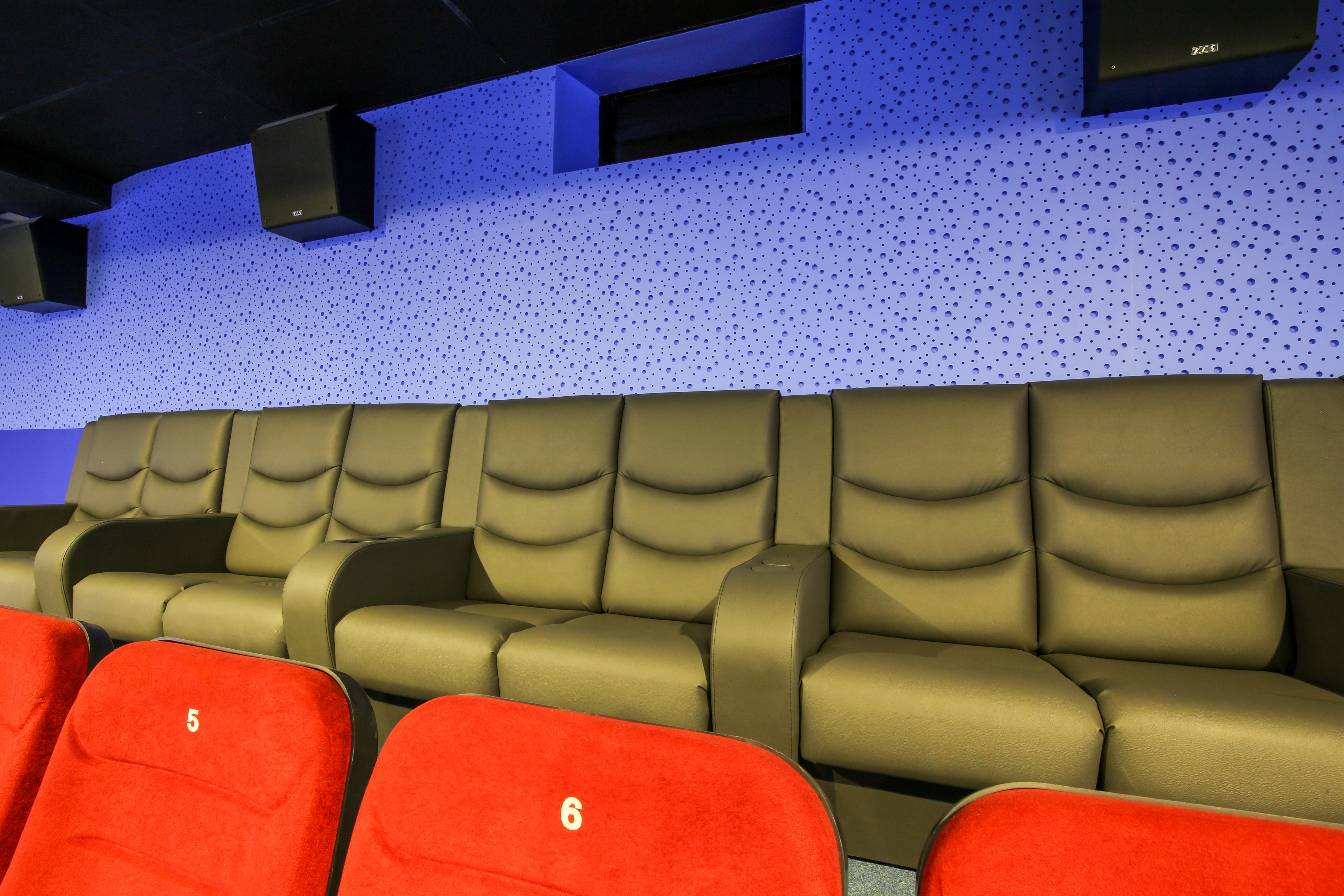 Секс на задних креслах в кино зале