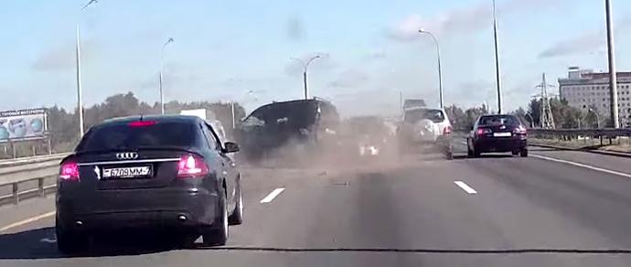 На внешнем кольце МКАД столкнулись три автомобиля. ДТП предшествовала череда перестроений