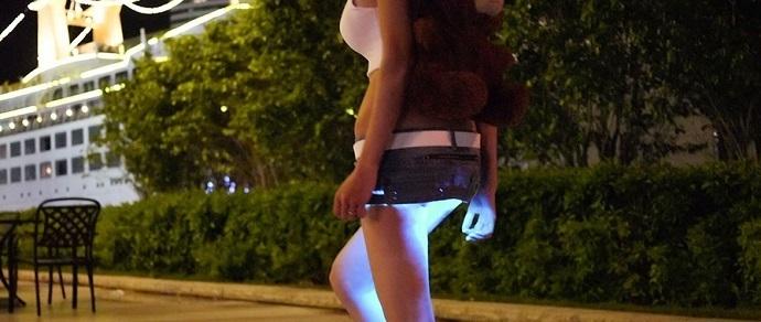 Девочку в чулках и в короткой юбке трахает фото 620-861