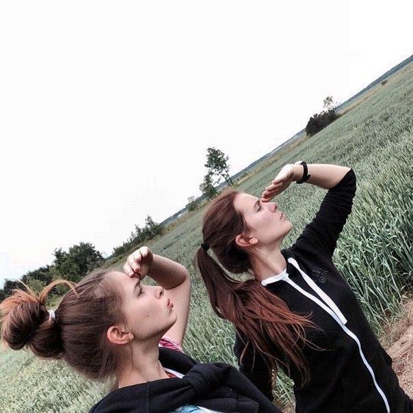 две молоденькие девочки развлекаются после школы