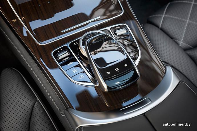 """Вслед за последними новинками Mercedes, GLC получил новую мультимедийную систему с сенсорной панелью размером 65×45 мм на центральном тоннеле. Есть бесполезная функция распознавание текста, возможность «зумить» карту навигации щипком и просто лазить по меню. Под ней - вполне удобная шайба. В целом все неплохо (и даже пропали """"тормоза"""", которые наблюдались в предсерийных C-Class). Картинка удобная. Меню интуитивно понятное (хоть и """"2-этажное""""). Правда, многим больше по душе система BMW iDrive. Мне тоже"""