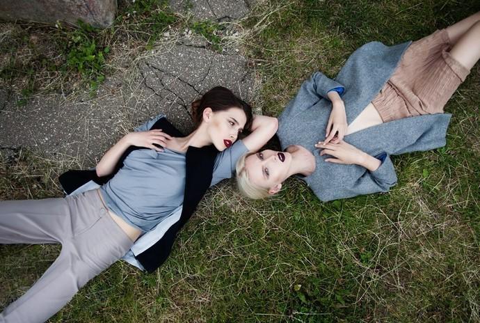 Молодые девочки лижут попу друг у друга фото 92-815
