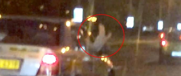 Очевидец: девушка на проспекте Победителей высунула ноги из окна движущегося такси