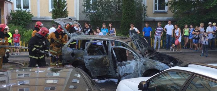 В Уручье на парковке сгорел Ford Foсus, «зацепив» соседние автомобили