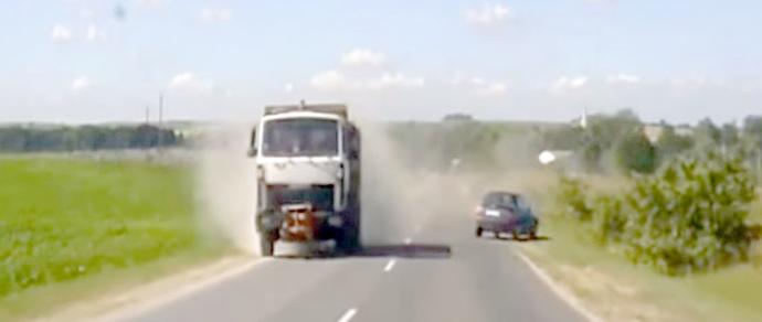 В Гродненском районе водитель Renault Scenic выехал на встречную полосу и врезался в груженый МАЗ