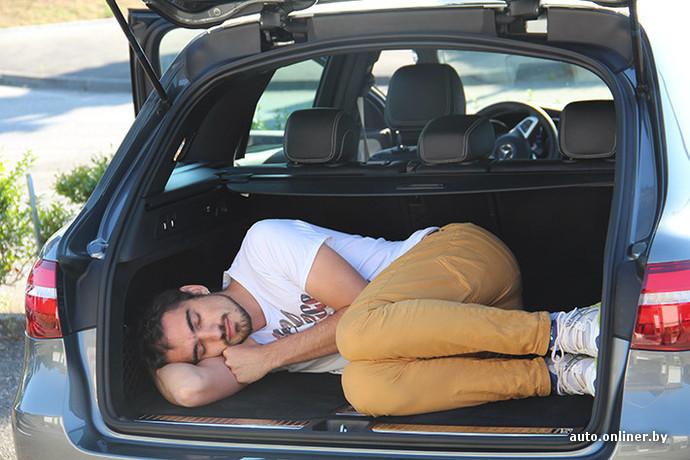 Объем багажника по умолчанию составляет 580 литров, что на 110 литров больше чем у GLK. Если сложить второй ряд, объем составит 1600 литров. Это примерно три с половиной кабана и полмешка картошки