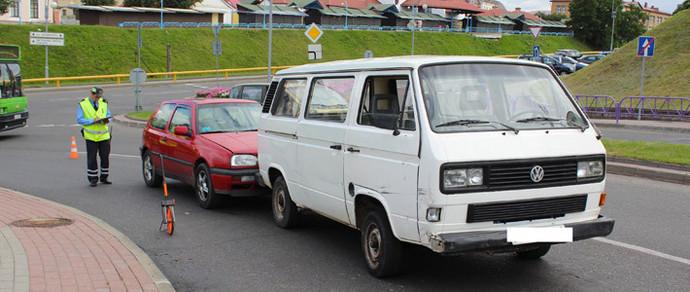 Гродно: «бесправник» купил микроавтобус, выпил и повредил Audi A8, Nissan Qashqai и Volkswagen Golf