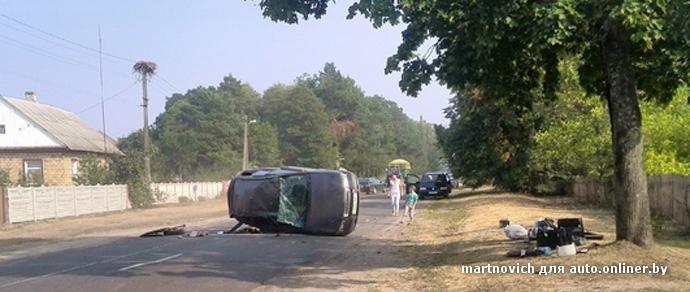 В Лунинецком районе опрокинулась девушка на Volvo. Очевидец: зацепила обочину и лопнуло колесо