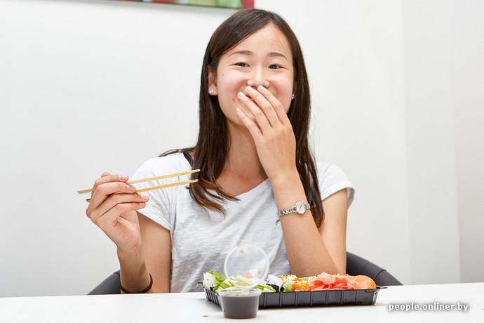 Японская девушка ест говно