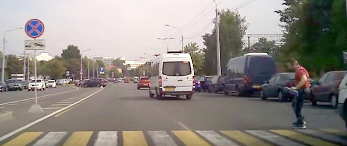 В Минске водитель маршрутки едва не сбил пешехода прямо на «зебре»