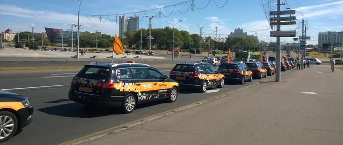 Фотофакт: служба такси «Пятница» снимала в Минске видеоролик. Автоколонну остановила ГАИ