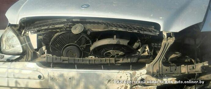 В Березе пьяный водитель Mercedes не разминулся с бетонным блоком на обочине