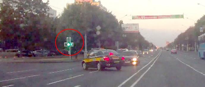 Поворачивал на стрелку? Водитель такси утверждает, что двигался по правилам перед ДТП, но видео говорит об обратном