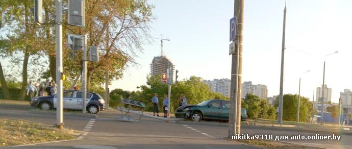 В Минске пьяный водитель Honda снес светофор на разделительной полосе
