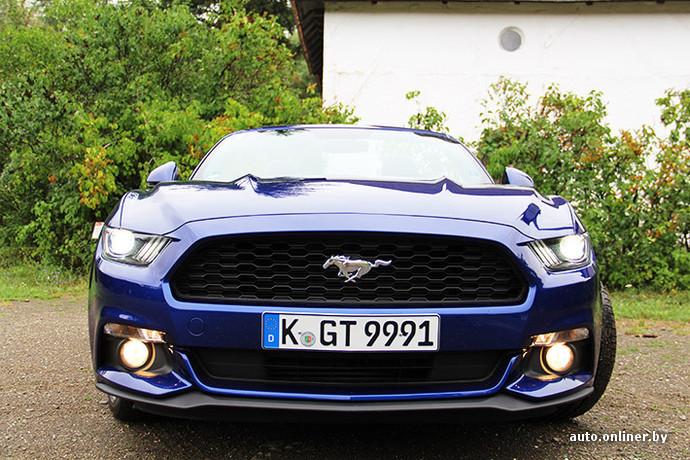 Передняя часть Mustang сочетает несочетаемое: классический стиль Mustang 1960-х и современный фордовский экстерьер а-ля Aston Martin. Огромный рельефный капот возбудит даже учительницу пения