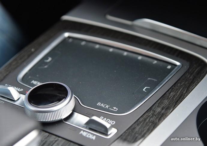Мультимедийный комплекс MMI Navigation plus и MMI touch стоит 4,4 тысячи евро. Блок управления системой получил большую сенсорную поверхность и несколько клавиш. Есть привычные кнопки «Меню» и «Выход», а также боковые клавиши (кстати, физические), вызывающие дополнительные подменю, где это предусмотрено системой