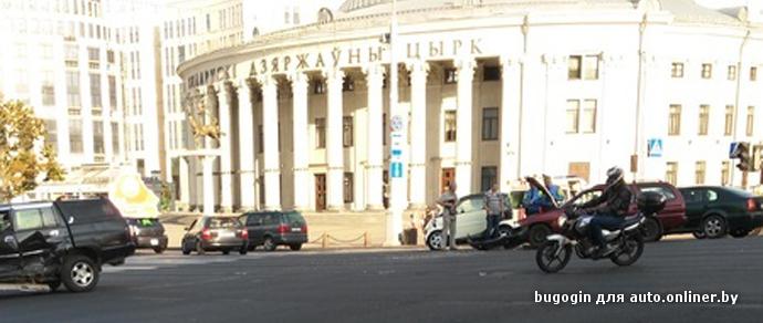 В Минске возле здания Белгосцирка случилось ДТП. На проспекте Независимости образовался затор в обе стороны