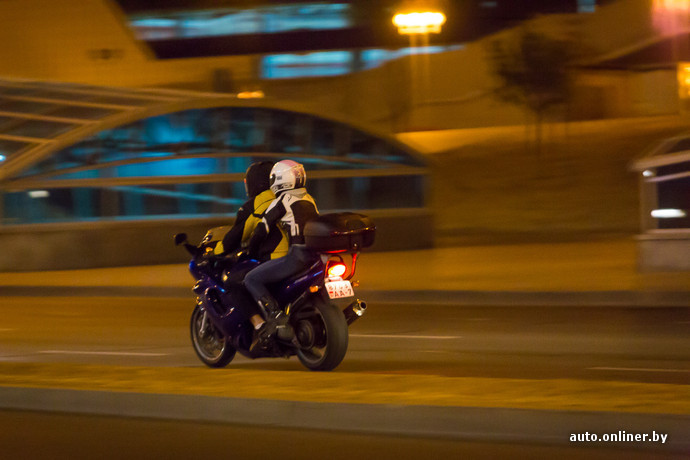старик с молодой девушкой на улице возле мотоцикла