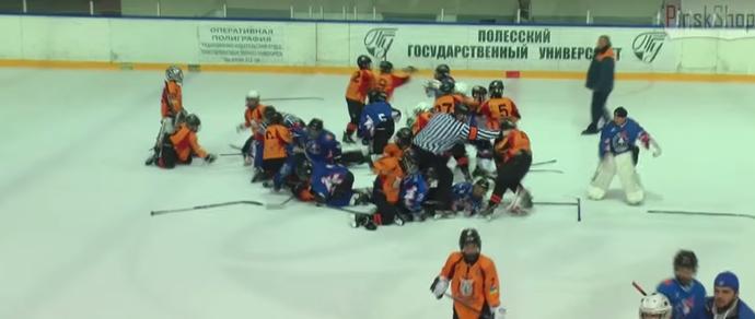 Бей «Льдинку». На детском турнире в Пинске мальчишки-хоккеисты из Бреста подрались с украинскими соперниками