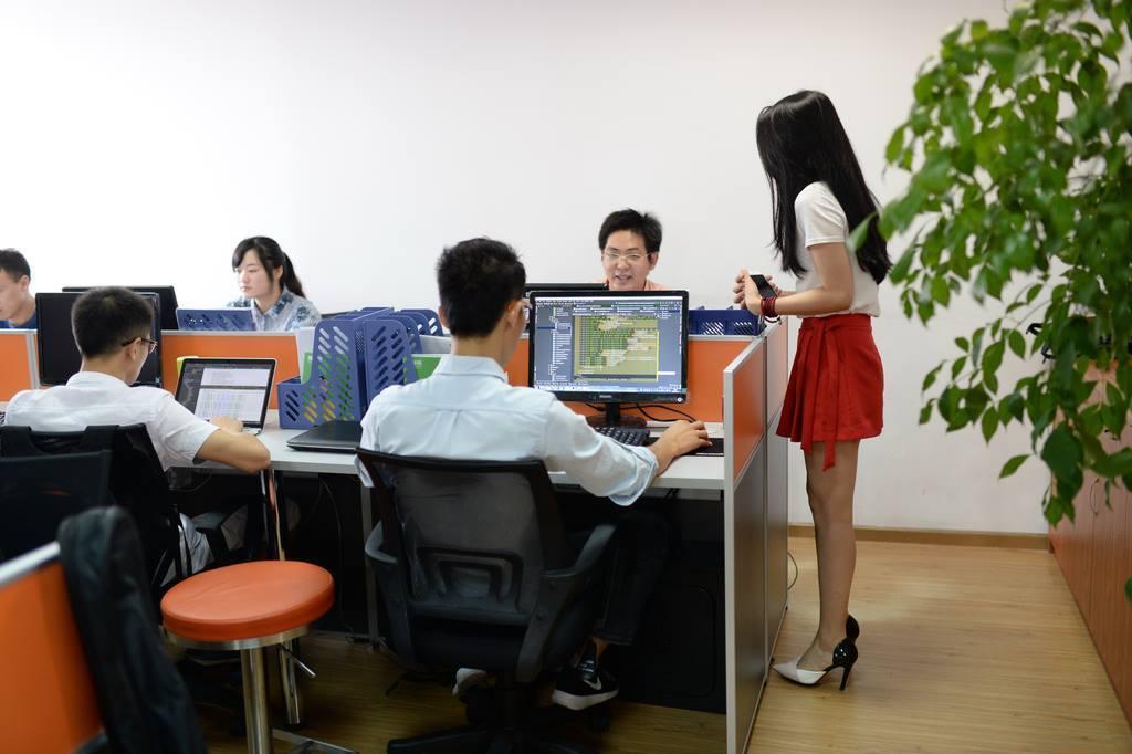 Китайские ИТ-компании стали нанимать девушек-«чирлидеров» для мотивации программистов в офисе