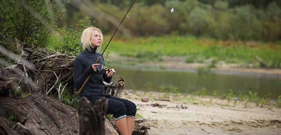 Ловим рыбу на Припяти с Юлей: «Мужчина будет думать, просчитывать. А мне понравился розовый воблер, я его купила и выловила на него судака»
